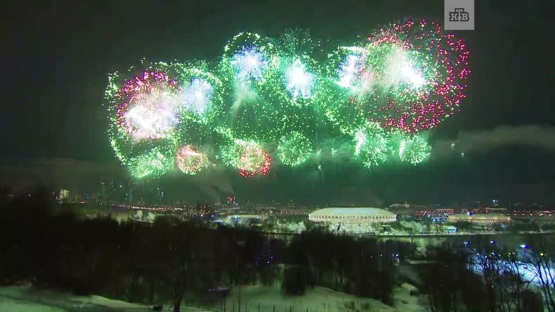 Ночное небо над Москвой озарил праздничный салют в...