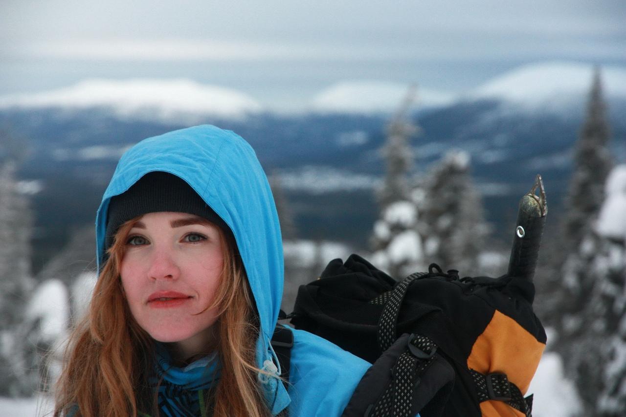 Покрепче обняв лыжи и стащив за собой баулы со снегоступами, кошками и ледорубам...