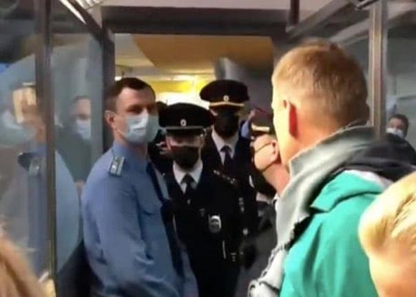 Тем временем в Москве в аэропорту Шереметьево при ...