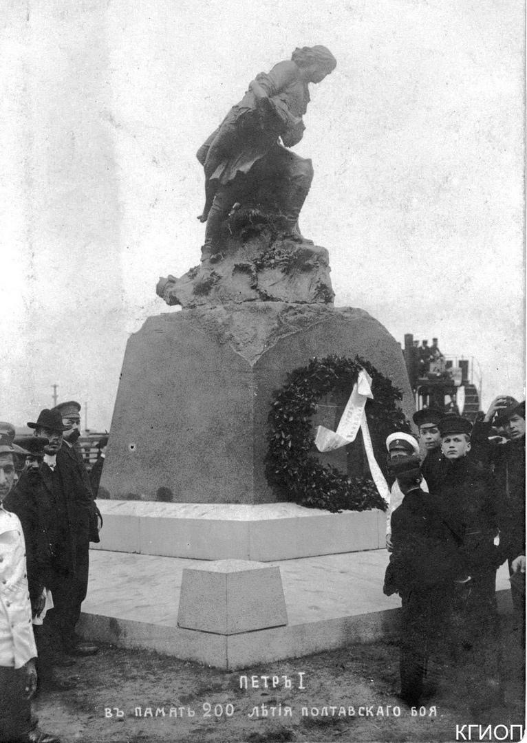 У Адмиралтейства когда-то находился памятник «Пётр, спасающий утопающих»