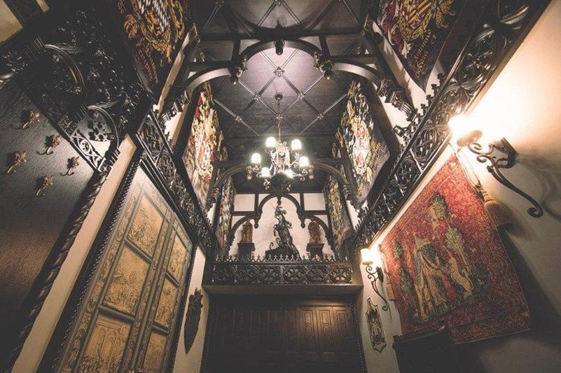 Библиотека в готическом стиле