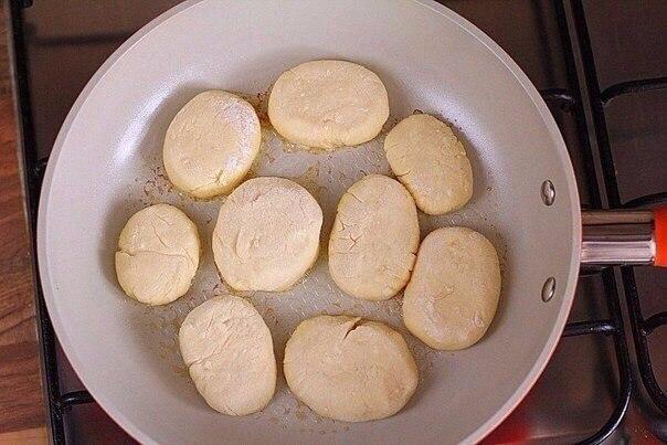 Сырники  Ингредиенты:  Творог — 500 г Мука — 0,5–0,75 стак. Яйца куриные...