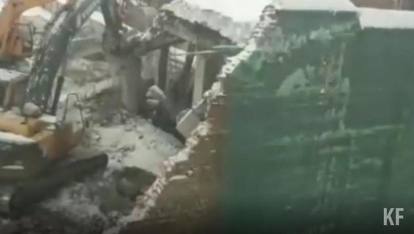 В Казани стена аварийного дома рухнула в сторону соседней многоэтажки