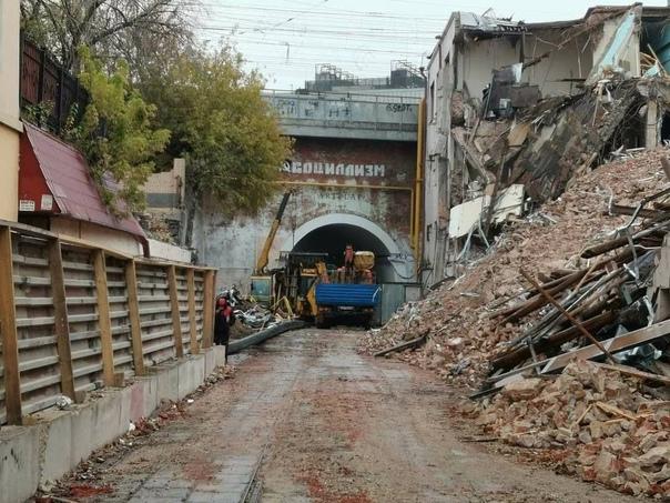Вот так выглядит Сыромятнический тоннель прямо сейчас.  Рядом стоящие здания совсем не щадят????