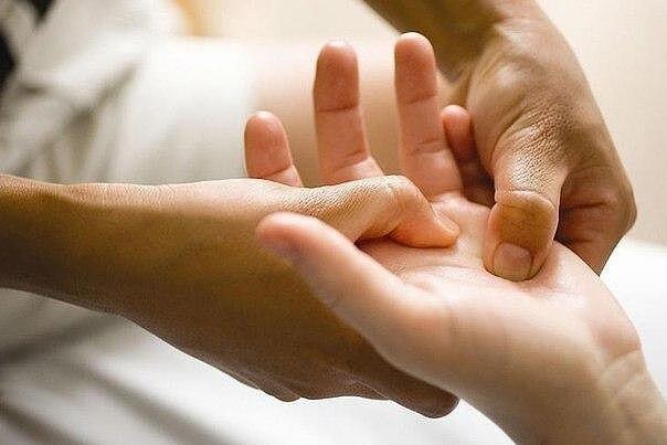 По рукам человека можно определить чем он болен.