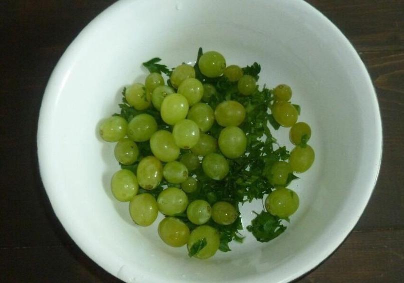 Салат с адыгейским сыром, орехами и виноградам