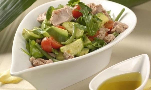 Овощной салат с консервированным тунцом    ИНГРЕДИЕНТЫ  свежие огурцы – 2 шт.  свежемороженная зеленая фасоль – 200 г  рукола – 50 г  салат фризе – 0,5 кочана  масло растительное – 3 ст. л.  авокадо – 1 шт.  красный винный уксус – 1 ст. л....