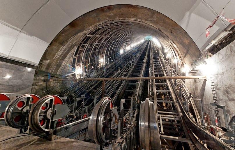 Вопрос, который задавали себе многие: почему поручень эскалатора движется быстре...