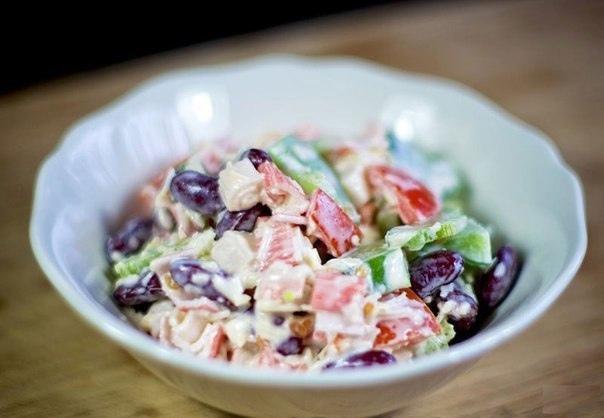 Вкусный салат с крабовыми палочками, фасолью, перцем и сыром