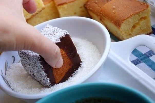 Нежнейшее пирожное с соусом и кокосовой стружкой
