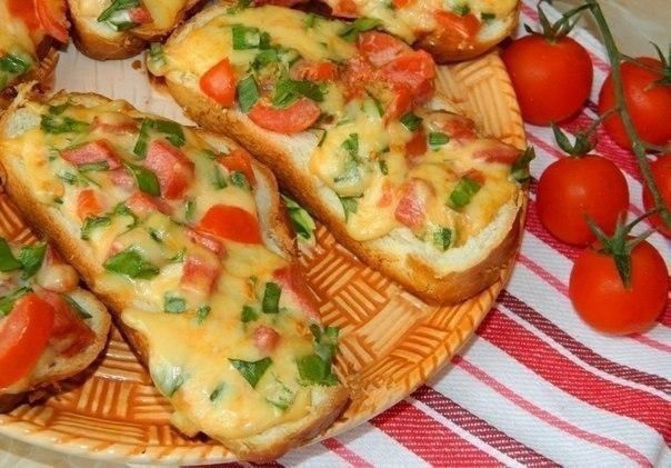 Горячие бутерброды с колбасой, помидором и сыром