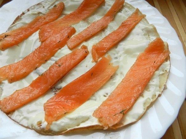 Рулетики из блинов с лососем  Ингредиенты: -200-250 г маринованного или...