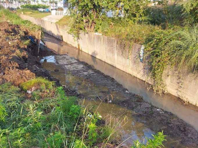 В Сириусе обрушилась часть подпорной стены канала рядом с железнодорожной станцией  В Сети очевидцы разместили фото... Сочи
