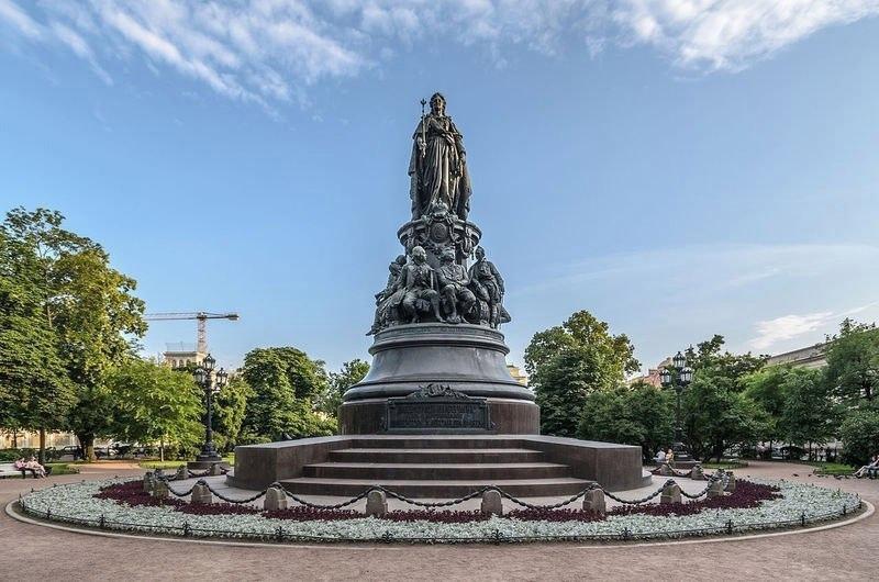 Надо знать: кто сидит у ног императрицы Екатерины Второй