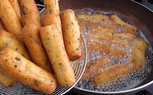 Из простого картофельного пюре можно довольно быстро приготовить вкусные закусочные сосиски.