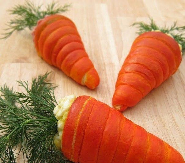 """Салат в """"морковках"""" из слоеного теста."""