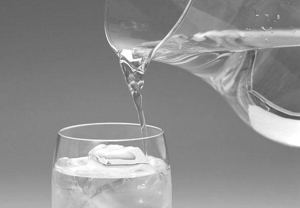 Стакан воды на ночь позволяет избежать инсульта и сердечного приступа.