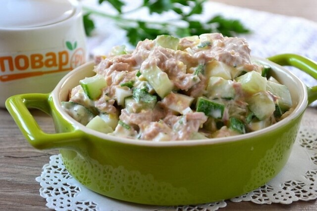 Салат с яйцом, консервированным тунцом и свежими огурцами