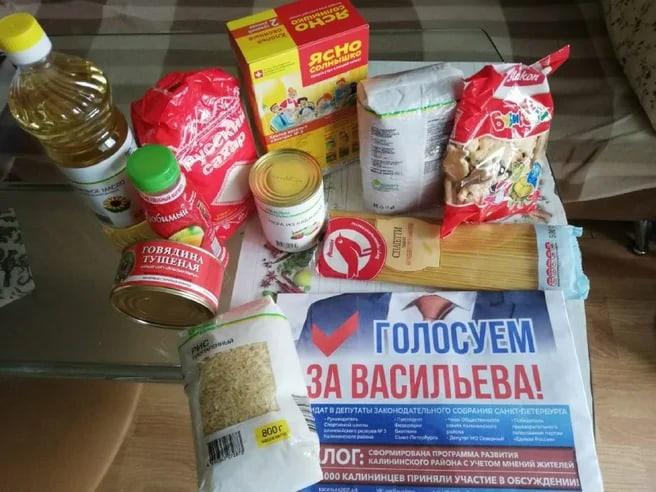 Блокаднику из Калининского района принесли пакет с дешевой крупой и агитгазетой единоросса Васильева