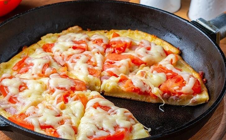 Готовить полноценную пиццу с выпечкой коржа достаточно трудоемкое занятие, зато...