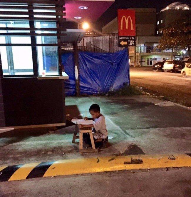 Мальчика заметили, когда он делал уроки при свете от «Макдоналдса». Это перевернуло всю его жизнь