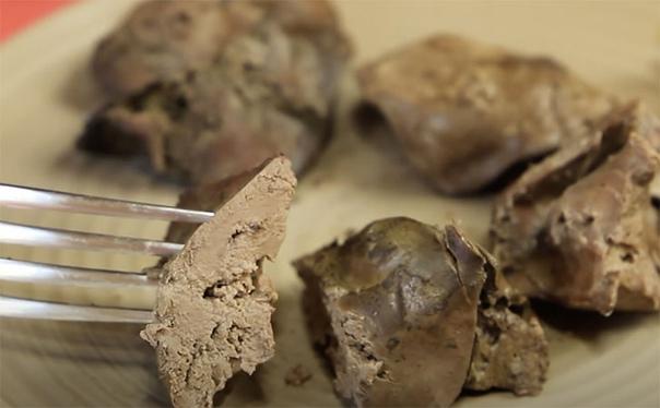 При жарке на обычной сковороде печень пересушить очень просто, хватит и лишней м...