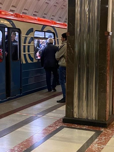 Заяц в бежевой куртке , так за мной проскочил через турникет что чуть с ног... Москва